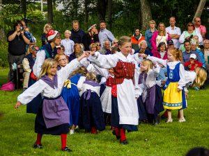 Folkdansande_barn_Lilla_midsommar_Säter_2014